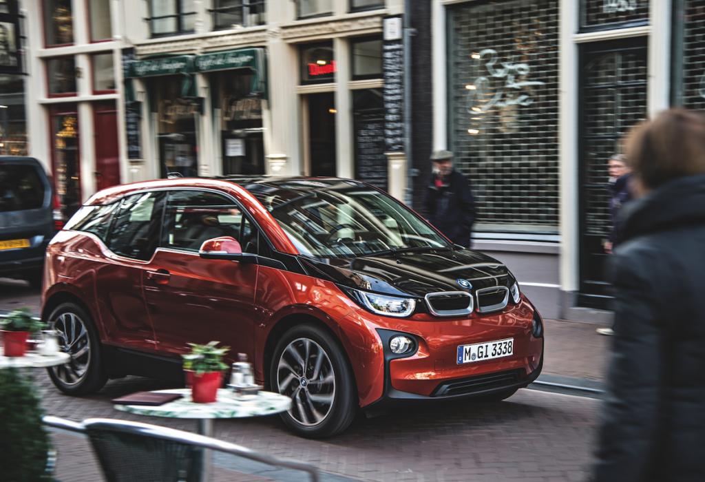 BMW-i3.jpg Elektryczne BMW i3 (wPolsce od154 tys. zł) w95 proc. zbudowane jest zmateriałów podlegających recyclingowi, aenergia elektryczna potrzebna doprodukcji tego auta pochodzi wyłącznie zeźródeł odnawialnych.