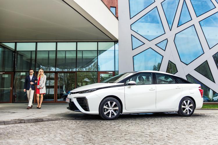 """Mirai pojapońsku oznacza """"przyszłość"""". Toyota Mirai topierwszy naświecie seryjnie produkowany samochód zasilany przezpaliwowe ogniwa wodorowe. Najednym zbiorniku wodoru może pokonać do500 km, asilnik elektryczny omocy 155 KM zapewnia dobrą dynamikę."""