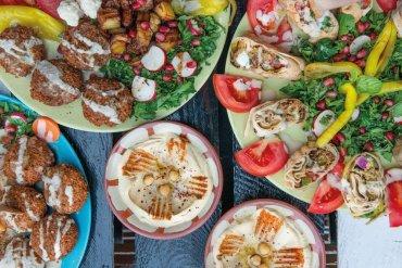 Hummus idealny – jak przygotować siędo wiosennych pikników? [przepis]