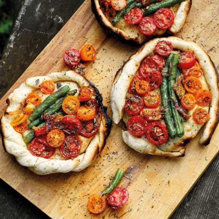 Pizza z czosnkiem, pomidorami i fasolką szparagową [przepis]