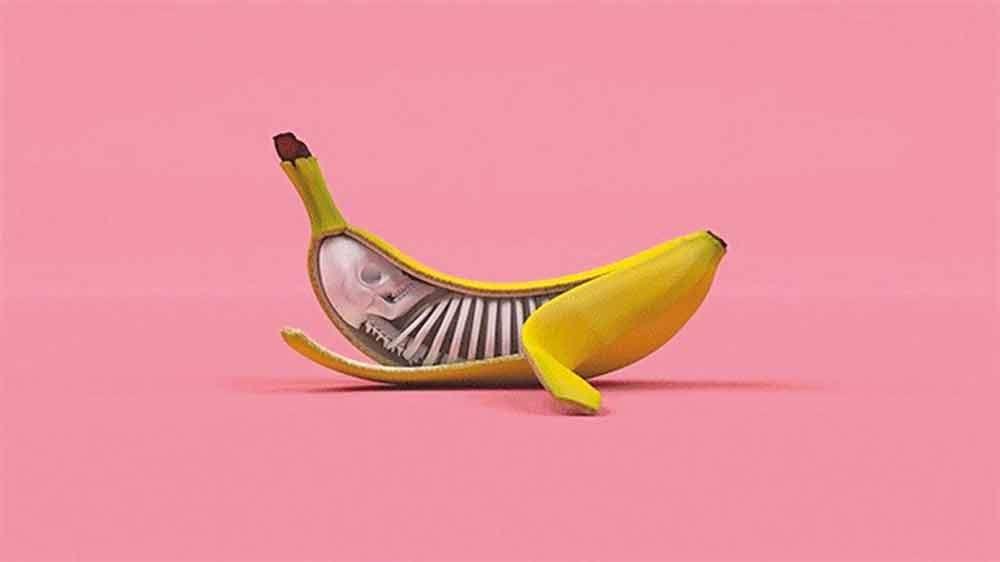 Banan ćmiący papierosa